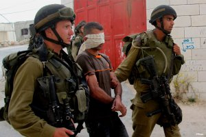Palestinian-man-arrested-by-Israeli-soldiers02